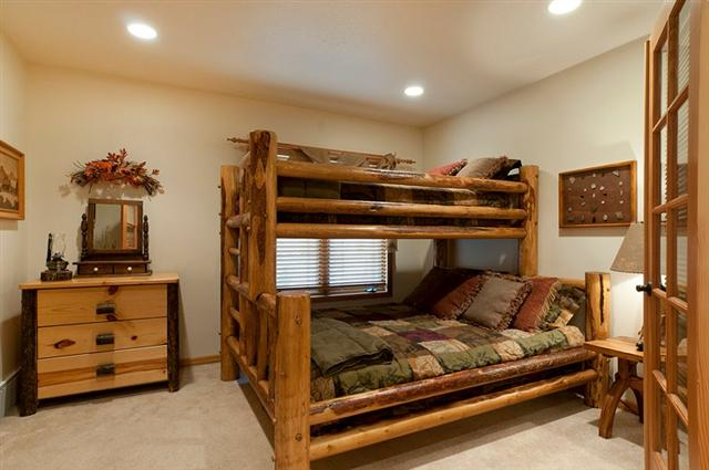 Image gallery log bunk beds for Diy rustic bunk beds
